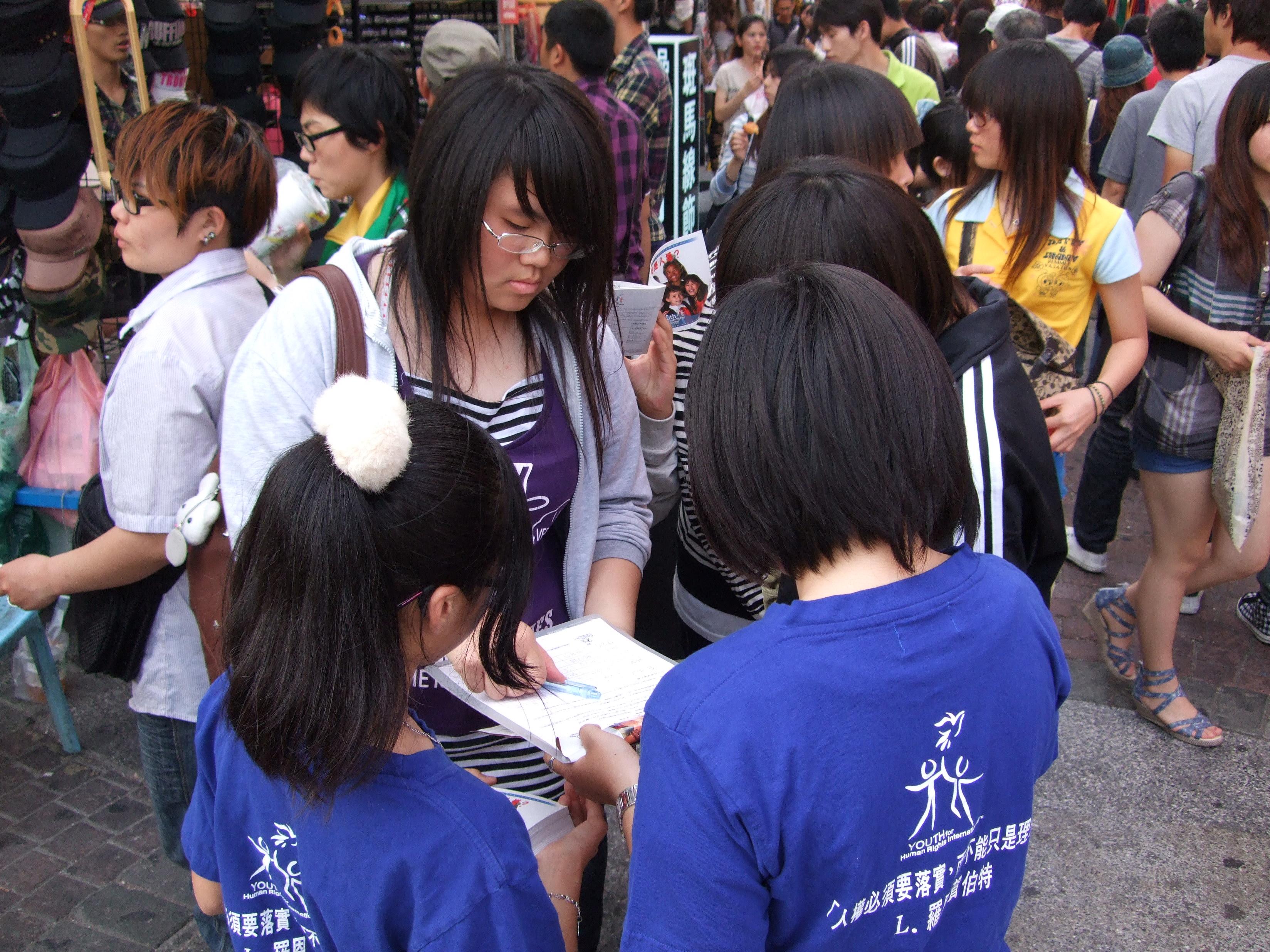 學生志工上街頭開心宣導「什麼是人權?」