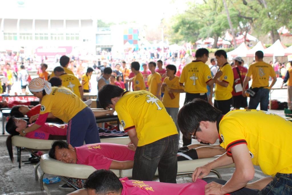 2012全國慈善馬拉松  上百名路跑好手體驗援助法身心放鬆