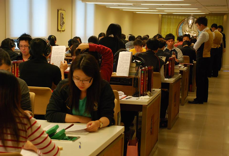 滿滿的學生在學院研修