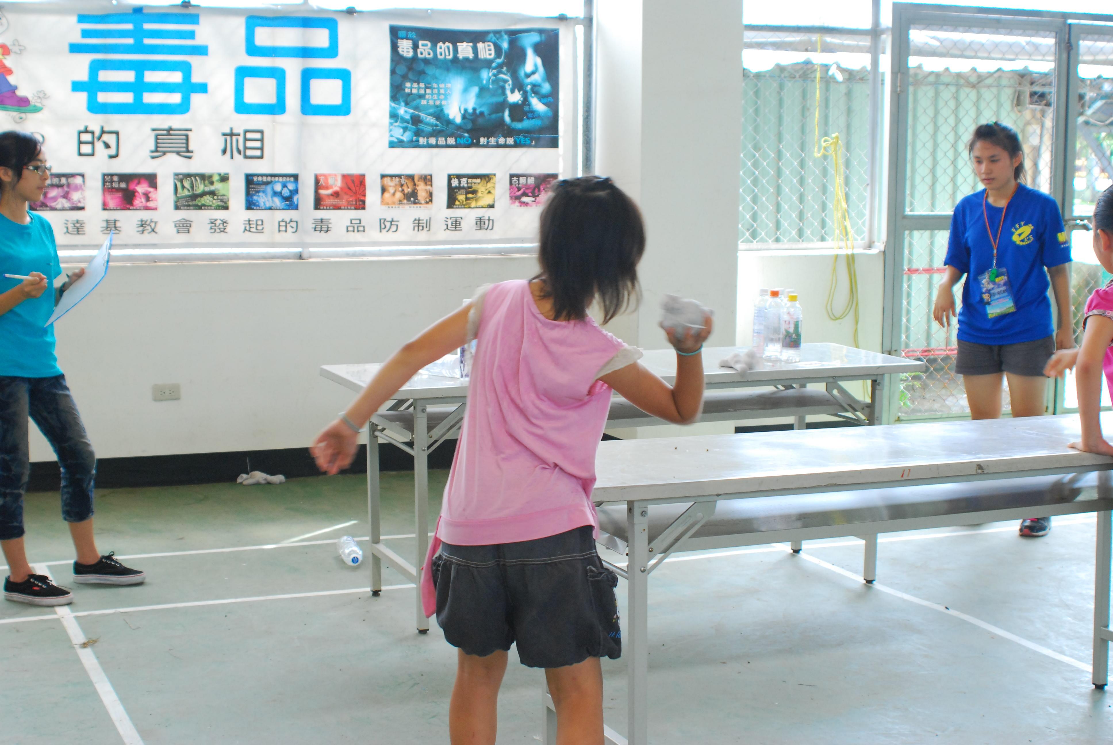 擊瓶子知反毒 夾乒乓知人權 闖關遊戲讓學童長知識
