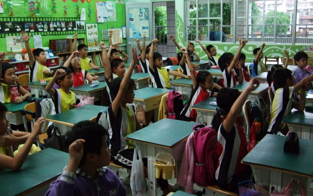 創意人權宣導 教師豎起大拇指說「讚!」