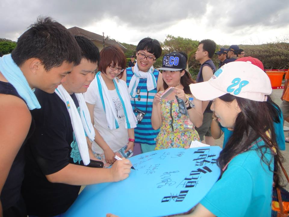 2013.07.20--GuongLiao AD Event--booklets hand out