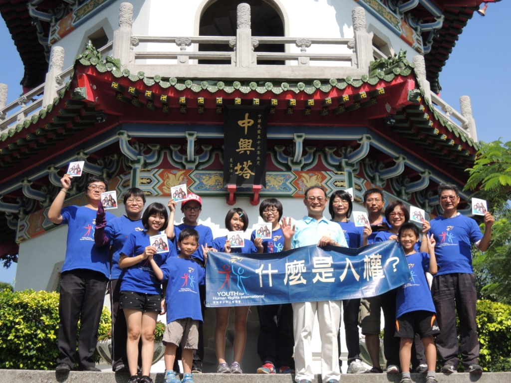 2013.09.19HR Volunteers take group photo with councillor