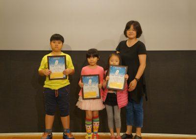 主辦單位中華國際人權促進會執行長李惠芬頒獎給得獎學生