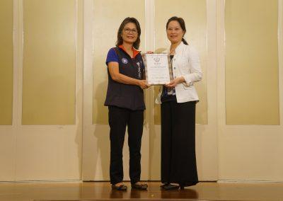 主辦單位中華國際人權促進會理事長許雅琛頒發感謝狀感謝贊助單位高雄市議員曾麗燕服務處