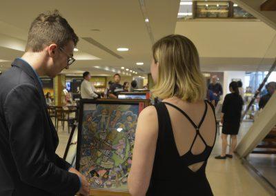國際人權大使泰勒詹森(Tyler Jensen) 、卡莉妮可(Carli Nicole)觀賞學生的畫作