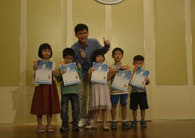 國際青少年人權英雄獎得主廖健宏頒獎給學生