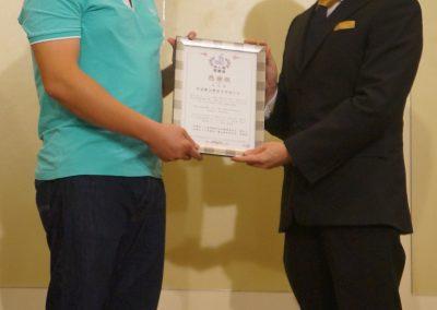 主辦單位山達基教會高雄機構董事長薛智元頒感謝狀給贊助單位享溫馨KTV總經理