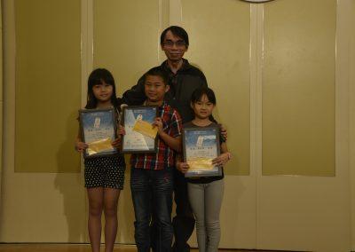 高雄市政府教育局國中教育科科長葉建良頒獎給得獎學生